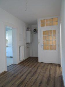 Restauration im Wohnbereich: (Bild zeigt fertige Wohnung mit restaurierter Tür und neuem Boden). Quelle: A. Vogel