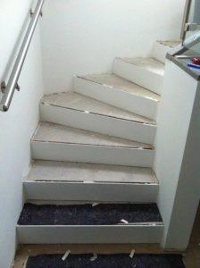 Treppenbelag aus Holz: Bild zeigt Treppe im Rohbau. Quelle: A. Vogel