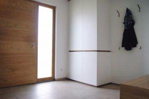 Wohnrauminspirationen aus Holz: Bild zeigt maßgefertigte Haustür aus Holz. Quelle: A. Vogel