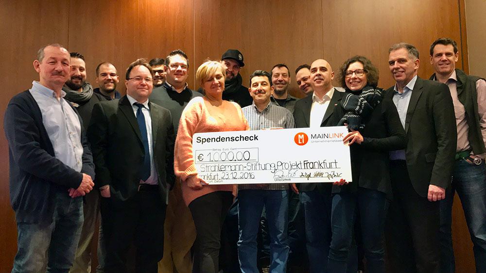 Mainlink überreicht einen Spendenscheck an die Strahlemann Stiftung