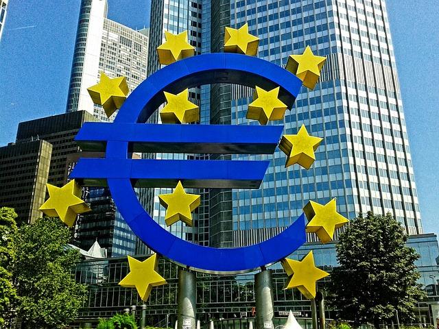 Frankfurter Wahrzeichen Euro-Symbol in der Stadtmitte