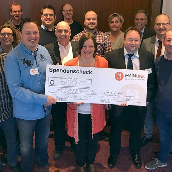 Spendenscheck des Mainlink Unternehmernetzwerks an das Kompass Gründerzentrum Frankfurt