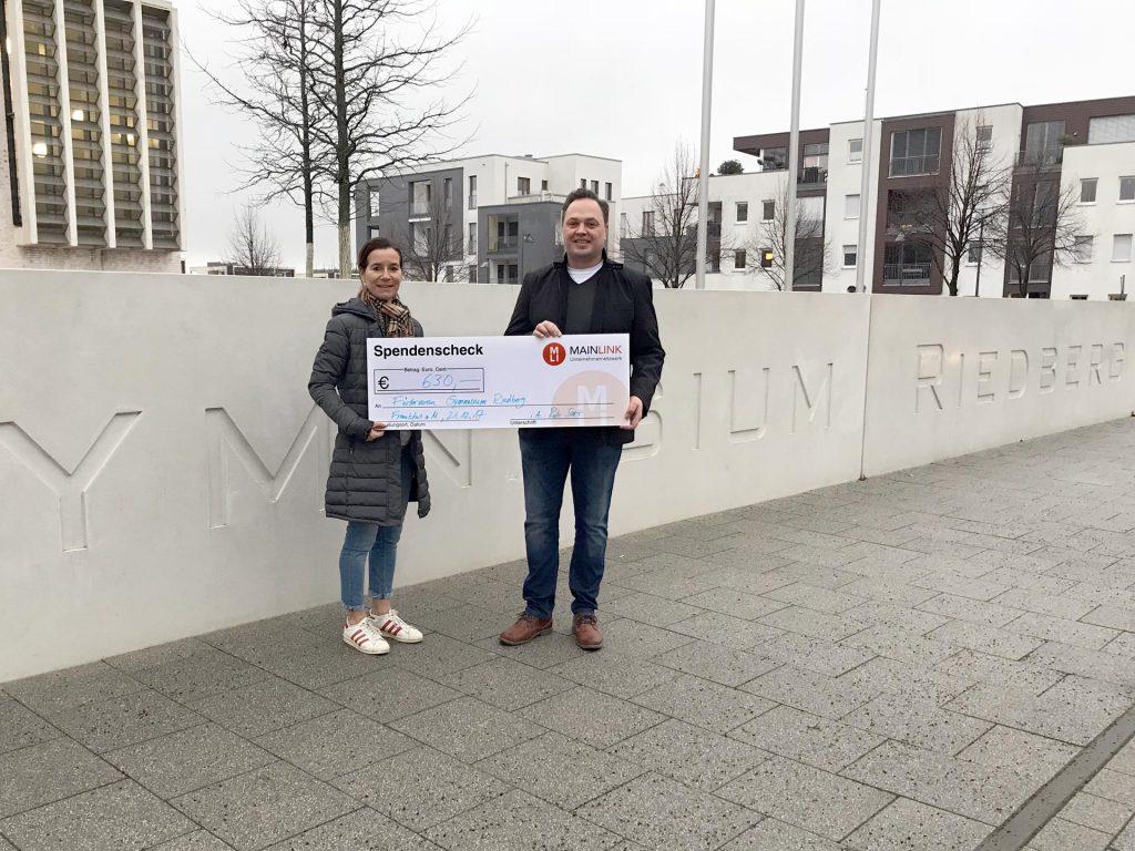 Spende des Mainlink Unternehmernetzwerk an den Förderverein Gymnasium Riedberg