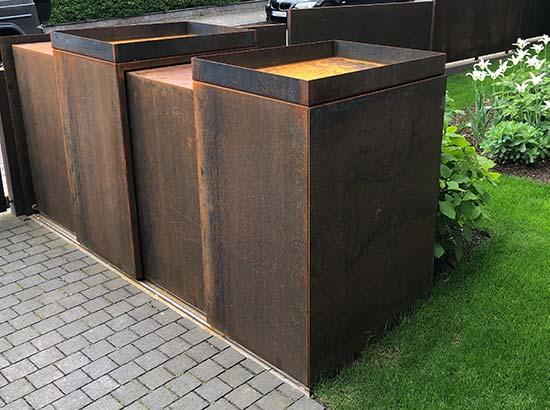 Müllboxen mit Schiebemchanismus in Cortenstahl